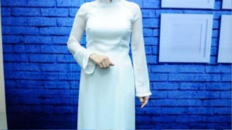 Cẩm Ly lại dịu dàng trong tà áo dài trắng.
