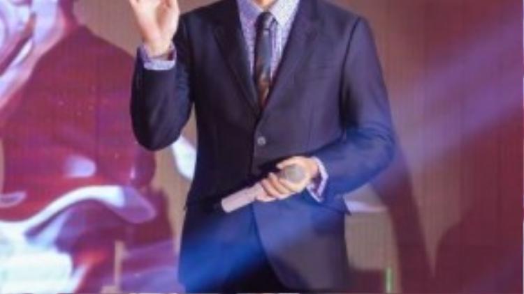 Anh liên tiếp hát 2 ca khúc để gửi tặng khán giả Việt Nam.
