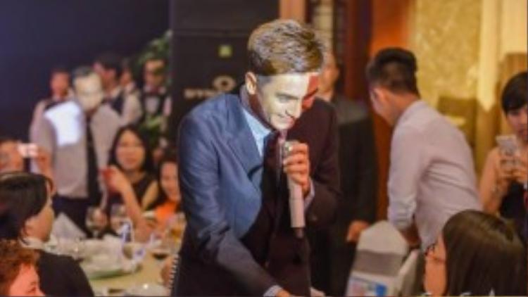 Sự thân thiện, cởi mở của diễn viên TVB khiến nhiều người hâm mộ phấn khích.