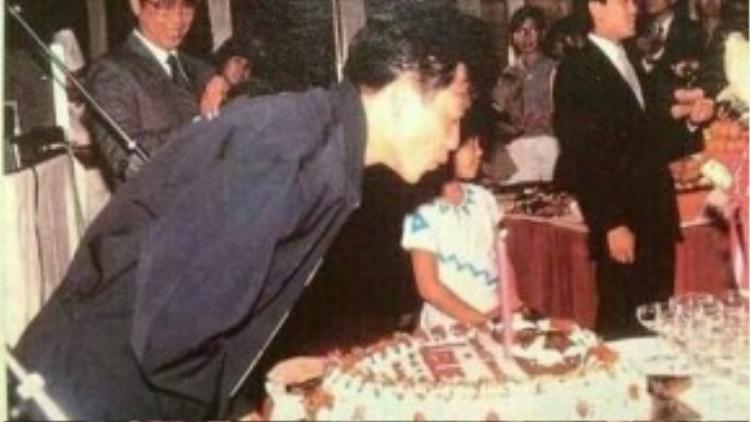Hình ảnh Trương Quốc Vinh thổi nến sinh nhật năm nào.