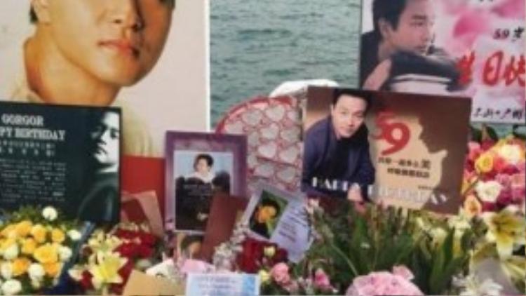 Những người hâm mộ tưởng nhớ Trương Quốc Vinh.