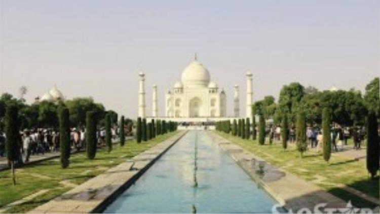 Đền Taj Mahal tọa lạc ở tại thành phố Agra bang Utar Pradesh, phía bắc Ấn Độ. Quần thể kiến trúc này bao gồm 5 hạng mục: cổng chính, vườn cây, nhà thờ Hồi giáo, khu nghỉ và lăng mộ chính.