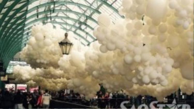 Ngọn đèn trang trí hình quả dứa trong chợ Covent Garden.