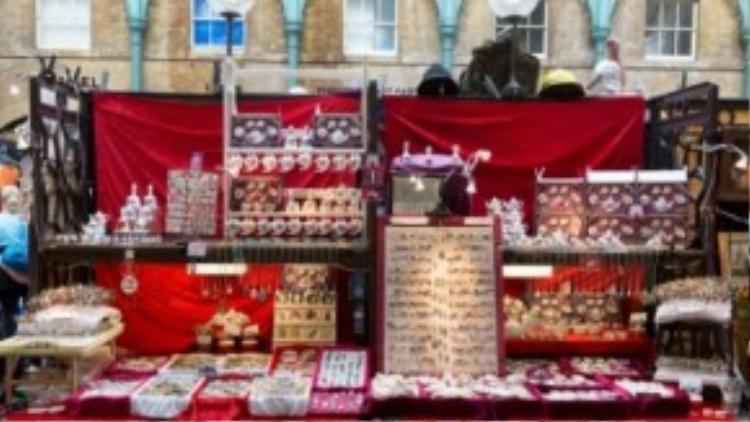 Một gian hàng bán đồ lưu niệm trong chợ (ảnh từ website Covent Garden)
