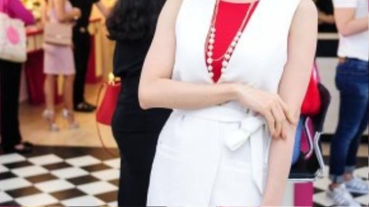 """Ca sĩ - diễn viên Trương Quỳnh Anh tranh thủ đến chúc mừng """"đàn chị"""". Cô ghi điểm với người đối diện nhờ vẻ ngoài xinh đẹp, gu thời trang thanh lịch, ăn nhập."""