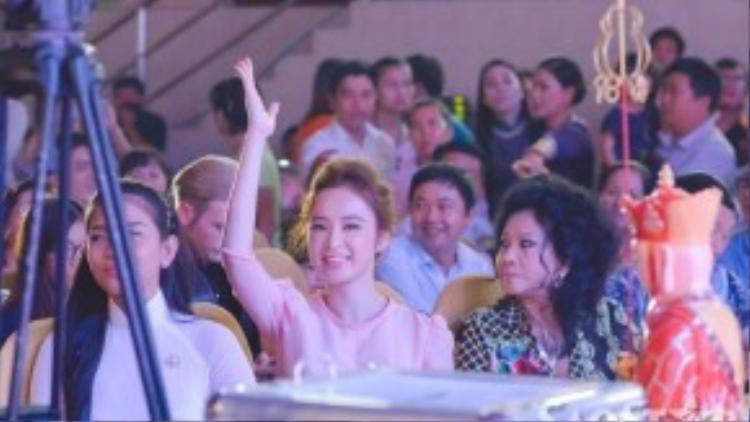 Sáng 13/9, Angela Phương Trinh có buổi tham dự sự kiện Ngày hội ăn chay vì cộng đồng 2015 tại Nhà thi đấu Nguyễn Du (TP HCM). Trong phần đấu giá các vật phẩm để gây quỹ giúp đỡ, xây nhà tình thương cho các hoàn cảnh khó khăn, nữ diễn viên 9x luôn nhiệt tình tham gia.