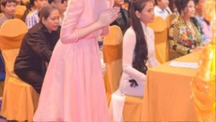 Nữ diễn viên Tiểu thư đi học dành thời gian lạy Phật trước khi sự kiện bắt đầu.