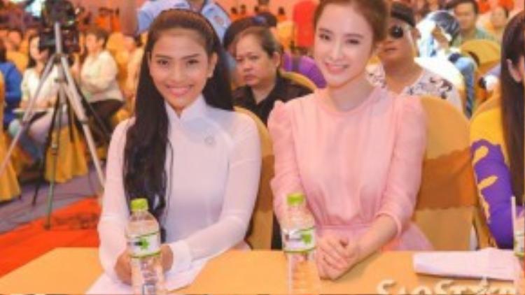 Angela Phương Trinh vui vẻ chụp ảnh lưu niệm cùng á hậu Trương Thị May.