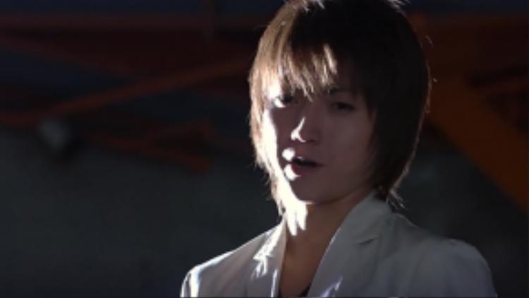 Yagami Raito đầu tiên của màn ảnh, do Fujiwara Tatsuya thủ vai. Nam diễn viên từng bị chê là không đẹp trai bằng nhân vật trong nguyên tác, nhưng anh luôn được xem là người đóng đạt nhất trong các phiên bản chuyển thể.