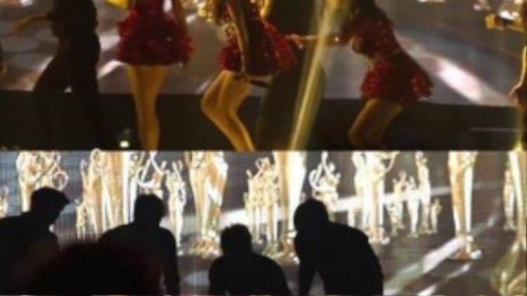 Trước đó, hồi đầu năm, nhóm lẻ TaeTiSeo gặp sự cố tại 2014 Seoul Music Awards. Sau khi biểu diễn xong, thành viên Tiffany bị trượt chân suýt ngã, ngay sau đó trưởng nhóm Taeyeon chuẩn bị đi vào cánh gà thì bất ngờ ngã thụt xuống một chiếc hố khi vẫn còn trên sân khấu. Cú ngã khiến nữ ca sĩ bị thương nhẹ. Sau khi tai nạn xảy ra, ban tổ chức Seoul Music Awards lên tiếng xin lỗi Taeyeon vì bất cẩn trong khâu chuẩn bị.