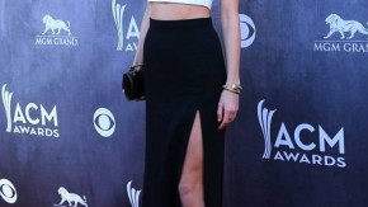 Tại lễ trao giải thưởng Âm nhạc đồng quê, cô công chúa tóc vàng Taylor Swift sành điệu với slit skirt phiên bản dài đến gót chân, làm nổi bật chiều cao ấn tượng.