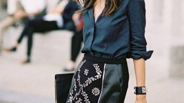 Slit skirt cũng được thiết kế với nhiều chất liệu khác nhau. Chân váy da cùng điểm nhấn hàng kéo khóa là một kiểu dáng phố biến.