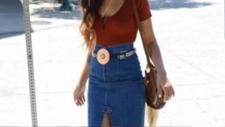 Chân váy denim là một phiên bản mới của slit skirt, giúp các cô nàng càng trở nên thời thượng khi bước xuống phố.