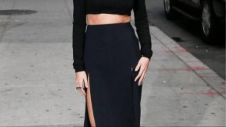 Selena Gomez diện nguyên cây đen huyền bí. Chiếc váy với đường xẻ cao phù hợp với phong cách trang điểm cổ điển của cô nàng.