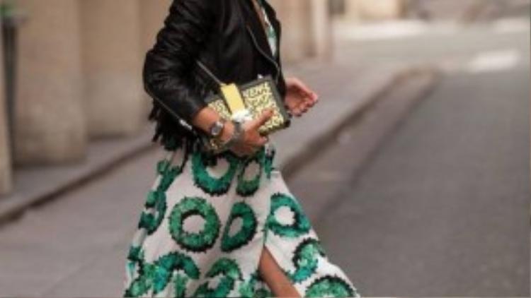 Chất liệu voan mỏng tạo cảm giác bay bổng, khá được ưa chuộng với kiểu váy slit skirt mang phong cách street style.