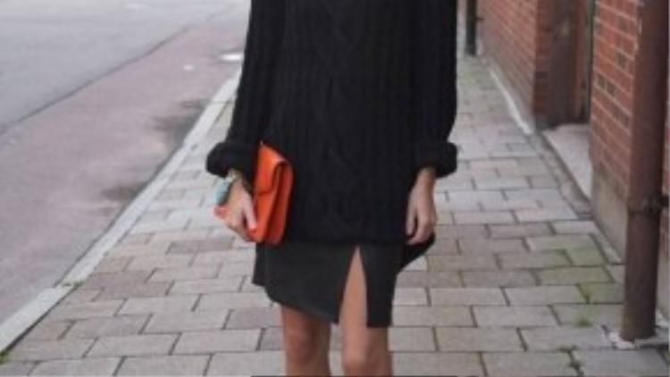 Slit skirt kết hợp cùng sweater phù hợp với khí hậu se lạnh của tiết trời mùa thu. Chỉ cần một chút tinh tế khi kết hợp cùng các phụ kiện, set đồ với gam màu đen truyền thống của bạn sẽ trở nên nổi bật hơn hẳn.