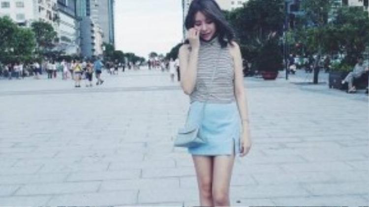 Hot girl Quỳnh Anh Shyn, Hạt Mít ưa thích chiếc váy slit skirt với những gam màu pastel ngọt ngào. Vóc dáng mảnh khảnh cùng đôi chân dài thon gọn là lợi thế càng làm tăng vẻ đáng yêu của hai cô nàng.