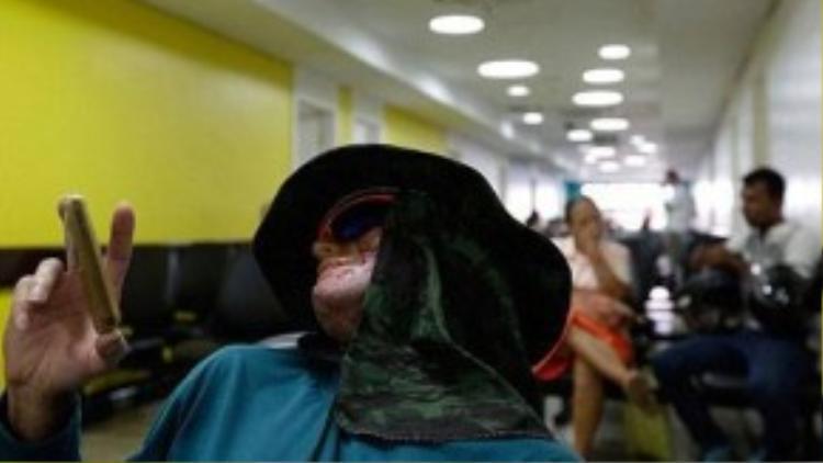 Mọi người thường trùm kín mặt khi ra ngoài. Theo các bác sĩ địa phương, đây là bệnh khô da sắc tố (gọi tắt là XP). Người bệnh rất nhạy cảm với tia cực tím từ ánh sáng mặt trời dẫn đến ung thư da. XP là bệnh di truyền do biến đổi gene.