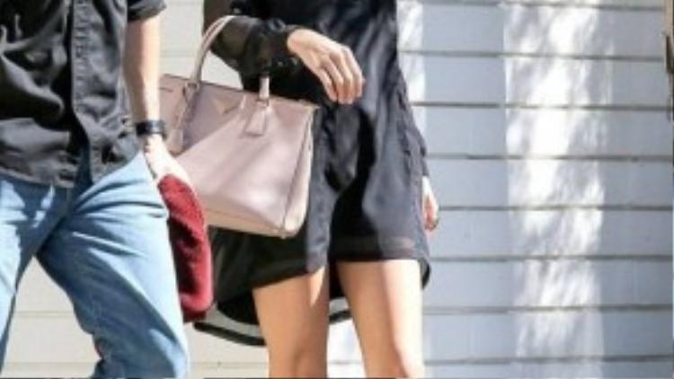 Gam màu đen cũng là sự lựa chọn của Taylor Swift. Cô nàng còn kết hợp cùng túi xách cỡ trung và giày bệt cơ bản. Đây cũng là một gợi ý hay ho phù hợp cho cả trang phục công sở và dạo phố.