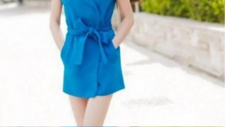 Trà Ngọc Hằng xuống phố với chiếc váy sơ mi xanh colbat đầy bắt mắt. Phiên bản trên gốikhá chiều lòng những cô nàng có vóc dáng nhỏ bé, giúp đôi chân thon dài hơn.
