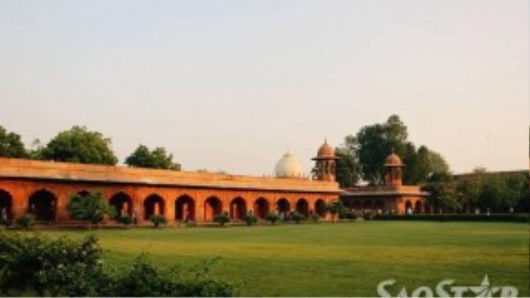 Được xây dựng trên khu đất rộng 304m và dài 580m, Taj Mahal được đánh giá là một trong những kiệt tác của người Ấn được UNESCO công nhận là Di sản văn hóa thế giới vào năm 1983.