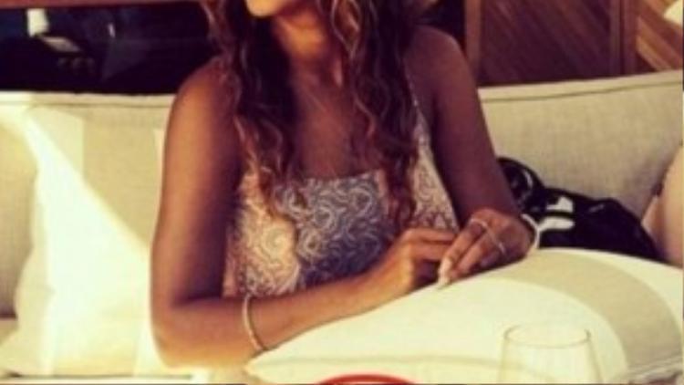 Beyonce luôn tự hào có vóc dáng gợi cảm. Nhưng tấm ảnh này cho thấy, Diva xinh đẹp đã sử dụng photoshop quá lố để cứu vớt hình ảnh. Chiếc điện thoại trên bàn bị cong méo mó do chỉnh ảnh.