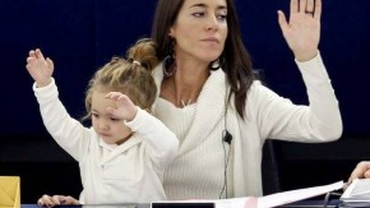 Vittoria 3 tuổi đã biết giơ tay biểu quyết cùng mẹ.