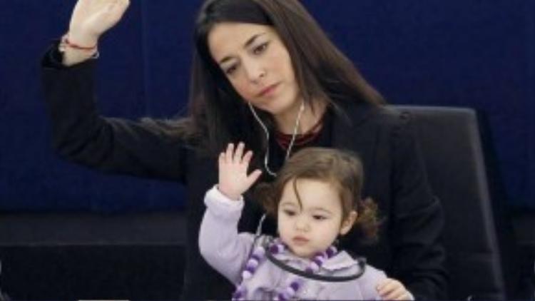 Hai mẹ con xinh đẹp cùng nhau tham gia biểu quyết trong phiên họp ở Strasbourg, Pháp, lúc này bé Vittoria bé bỏng đã 2 tuổi rưỡi.