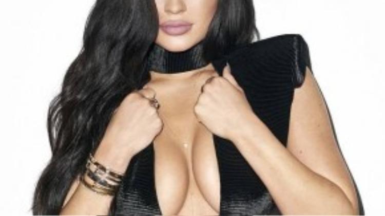 Kylie Jenner với vòng 1 nóng bỏng nhiều lần bị nghi đã được nâng cấp.