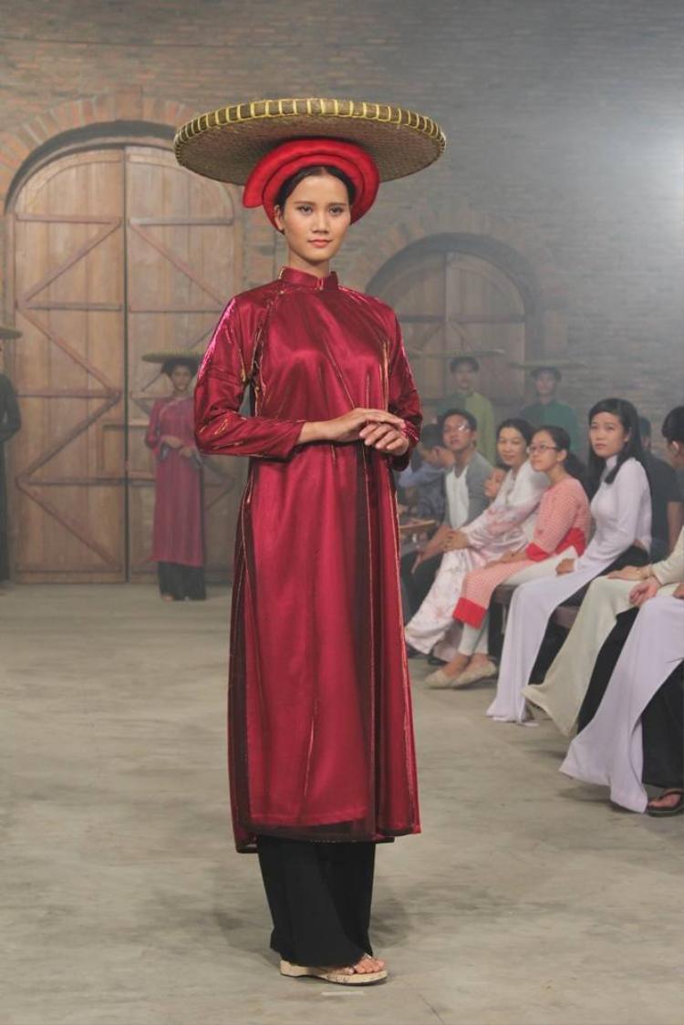 Thí sinh Next Top Model diện áo dài xưa, đội nia thóc đi catwalk