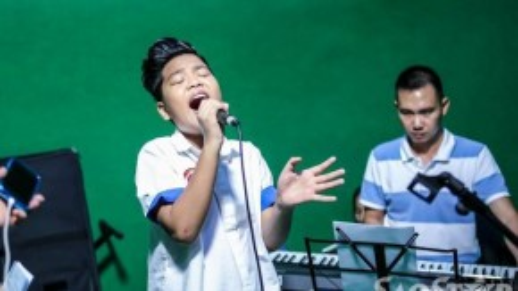 Giây phút phiêu hết mình của Tiến Quang đến từ đội Dương Khắc Linh. Anh chàng đã gây được ấn tượng trong vòng Giấu mặt với ca khúc Cha và con trai.
