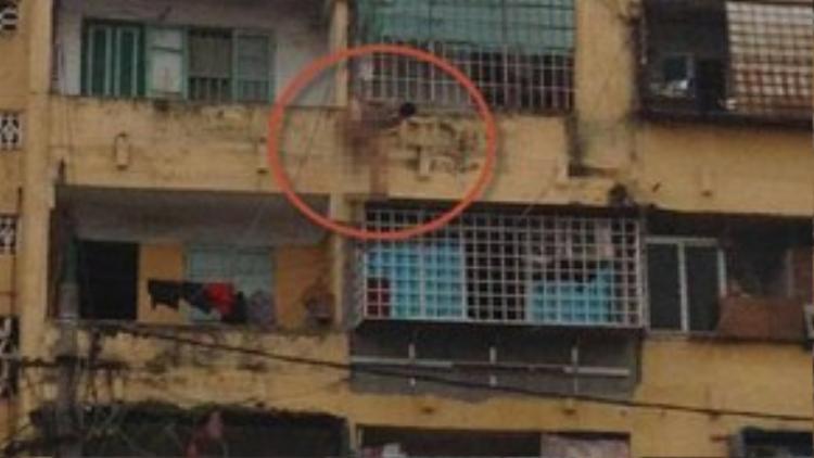 """Nam thanh niên đang làm """"xiếc"""" ở tầng 5 khu tập thể 5 tầng, phường An Dương, Q. Lê Chân, TP. Hải Phòng."""