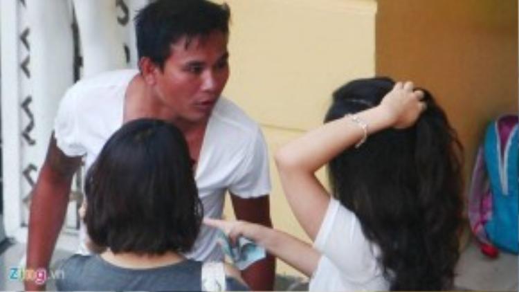 Một trong hai thanh niên đánh giày kiểu trấn lột xuất hiện trong clip điều tra của Zing.vn sau đó đã bị công an triệu tập, xử phạt. Ảnh: Hoàn Nguyễn.