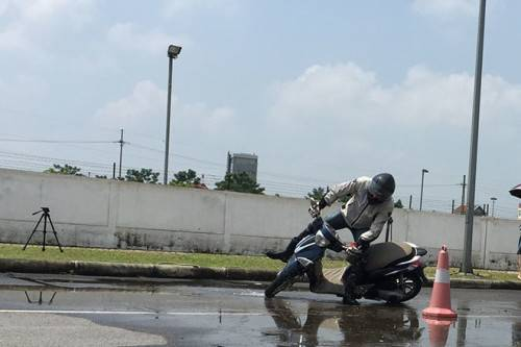 Phanh gấp trên đường mưa ướt: Nguy hiểm khó lường!