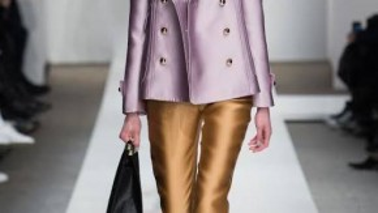 Một mẫu thiết kế trong bộ sưu tập Thu-Đông 2015 của Zimmermann. Blazer pastel ánh kim kết hợp cùng quần ống côn làm từ vải bóng là lựa chọn giúp bạn nổi bật.