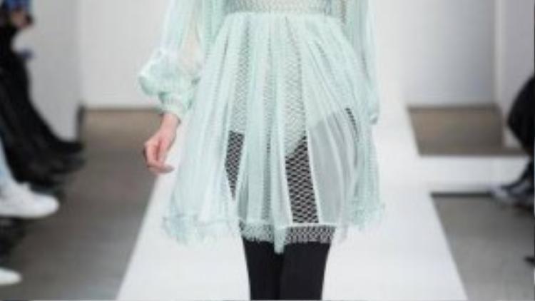Một chiếc váy cổ lọ gam màu dịu nhẹ. Khi đông đến, chiếc váy này vẫn cực kì hợp mốt nếu bạn kết hợp chúng với legging màu tối, chút khói nhẹ cho mi mắt.