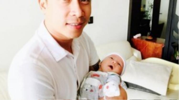 Ở tuổi 35, Lê Hoàng hạnh phúc khi bế con đầu lòng.