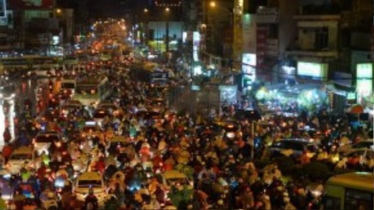 Giao thông hỗn loạn, ùn ứ tại nút giao thông Hàng Xanh (giao lộ Xô Viết Nghệ Tĩnh - Điện Biên Phủ) trong trận mưa lớn tối qua. Nhiều bác tài đã tắt máy xe, ngồi chờ trong vô vọng suốt nhiều giờ liền. Ảnh: Hữu Khoa.