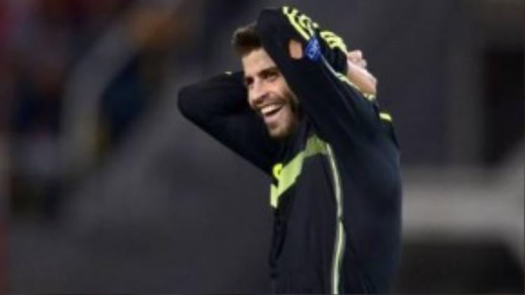 Chắc chắn Pique cũng thở phào khi không phải mất hơn 10 triệu Euro cho fan.