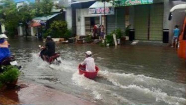 """Tấm ảnh vui về sự """"sáng tạo"""" của người dân Sài Gòn trong ngày ngập nước đang được chia sẻ trên mạng."""