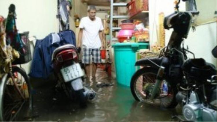 Nhà của ông Hải trện đường Điện Biên Phủ bị nước vào ngập tràn cà bàn thờ. Ông cho biết đây là lần đầu tiên tuyến đường này bị ngập cao như vậy trong nhiều năm qua. (Ảnh: Zing.vn)