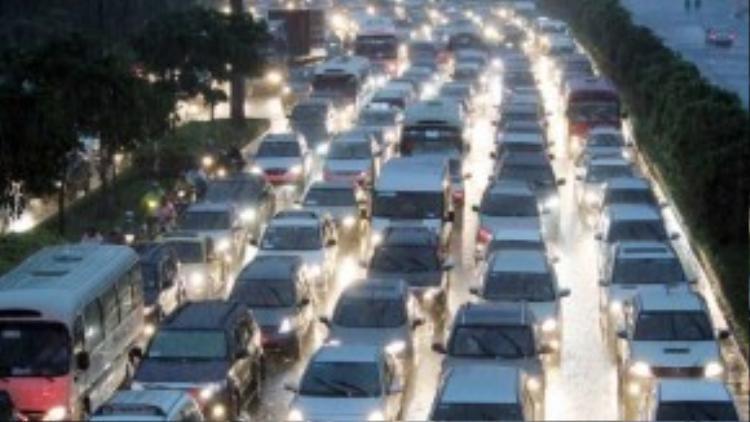 Xe hơi kẹt cứng xếp hàng dài 5km ở cửa ngõ phía Đông Sài Gòn, từ gầm cầu Rạch Chiếc đến cầu Điện Biên Phủ (Bình Thạnh). (Ảnh: Vnexpress)