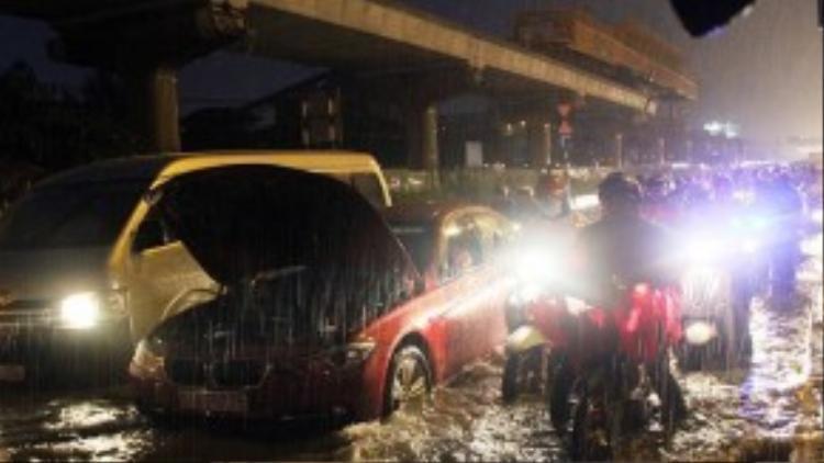 Hàng loạt xe hơi, xe máy thi nhau chết máy nằm ven đường, khiến giao thông càng thêm kẹt cứng. (Ảnh: Vnexpress)