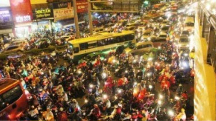 Khu vực Hàng Xanh bị tê liệt. Do đây là nút giao thông khá quan trọng của thành phố, nên lưu lượng người qua lại rất lớn. (Ảnh: Vnexpress)