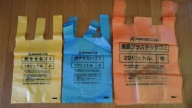 Túi rác được mua trong siêu thị có các màu riêng để phân loại rác.