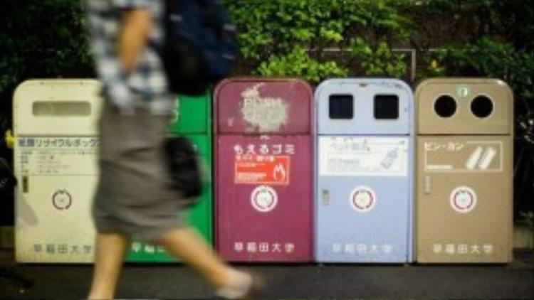 Thùng rác là một vật tương đối hiếm trên đường phố Nhật Bản.