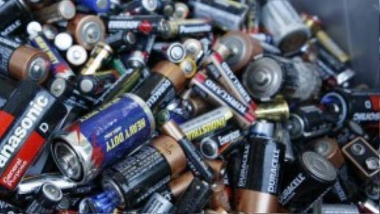 Pin, nhiệt kế… là những loại rác độc hại.