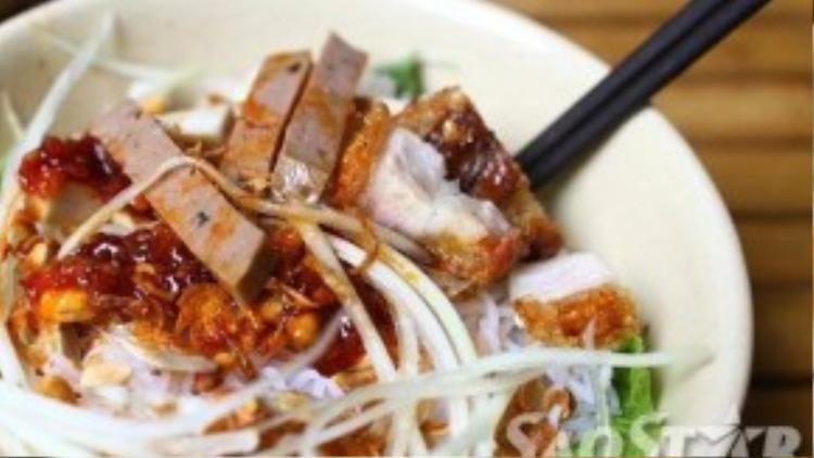 Thịt heo quay là phần hấp dẫn nhất của món này. Miếng thịt với tỉ lệ nạc mỡ hài hòa, vỏ giòn rụm, thịt thái dày nhưng vừa miệng ăn. Chấm thêm tí mắm nêm khi ăn cho bạn cảm giác ngất ngây đến lạ.