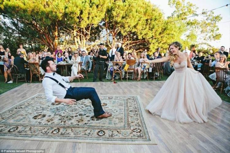 Cô dâu yểm bùa chú rể bay lơ lửng tại tiệc cưới