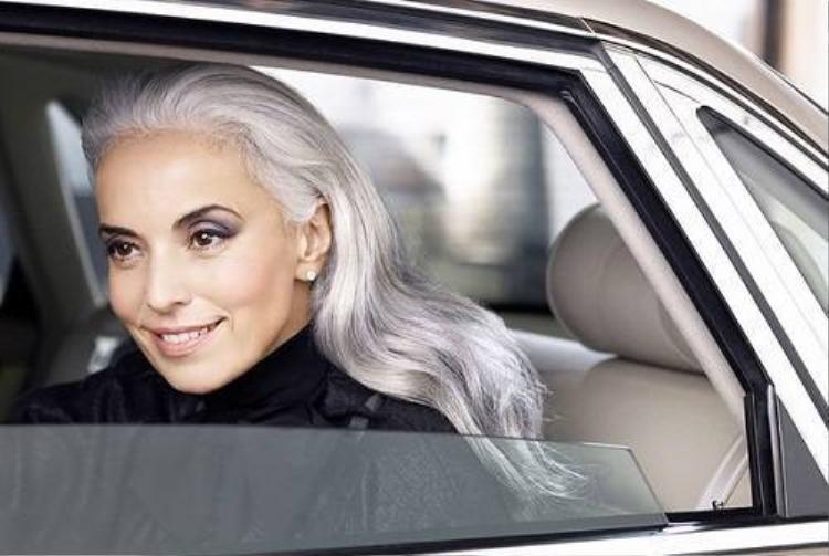 Người mẫu 59 tuổi vẫn trẻ đẹp và quyến rũ không tưởng